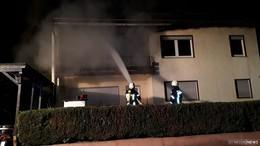 Feuer greift auf Wohnung über: Feuerwehr verhindert weitere Ausbreitung