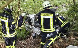 18-Jähriger verletzt: Von Fahrbahn abgekommen und in Böschung gekracht