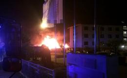 Brand in der Lagerhalle: Feuerwehr verhindert Ausbreitung auf Nachbargebäude