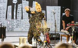 Konfetti und Heiratsantrag: Bühnenpoetin Julia Engelmann verzückt Publikum