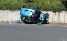 Fahrerin (74) bei Allein-Unfall von der Straße gegen Baum geschleudert: tot