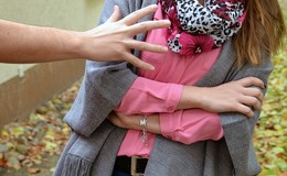 Junge Frau (26) auf offener Straße von zwei Männern belästigt