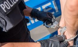 Waffe an den Kopf gehalten: Bundespolizei nimmt Mann (23) am Bahnhof fest