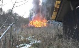 Feuerwehreinsatz: Gartenhütte in der Friedloser Straße komplett abgebrannt