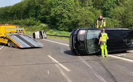 Schwerer Unfall auf der A 5 - Zwei Autos landen auf der Seite