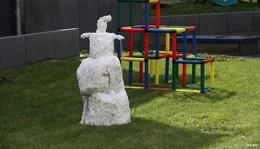 Schneemann auf der grünen Wiese - Frühling macht weiter Pause