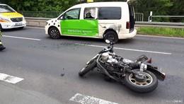 Verkehrsunfall zwischen Motorrad und Pkw: Drei Personen verletzt