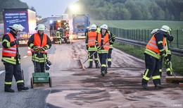 Gefahrgut-Laster rasiert Leitplanke: Hunderte Liter Diesel ausgelaufen