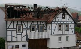 Haus nach Feuer in Wohnfeld unbewohnbar